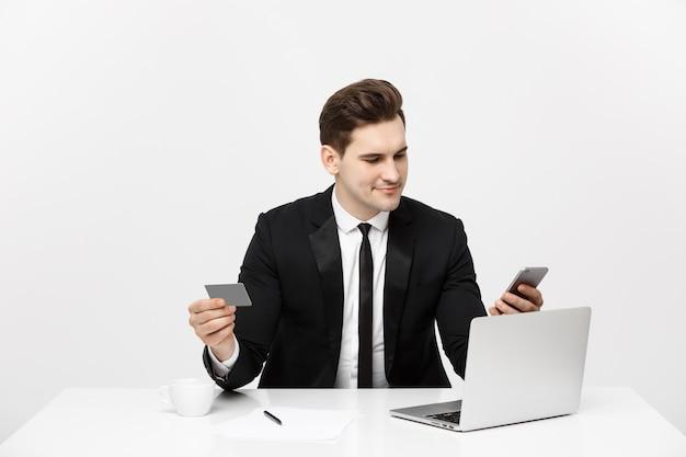 Бизнес и образ жизни концепции портрет улыбающийся бизнесмен сидит в офисе и делает покупки в интернете pa ...