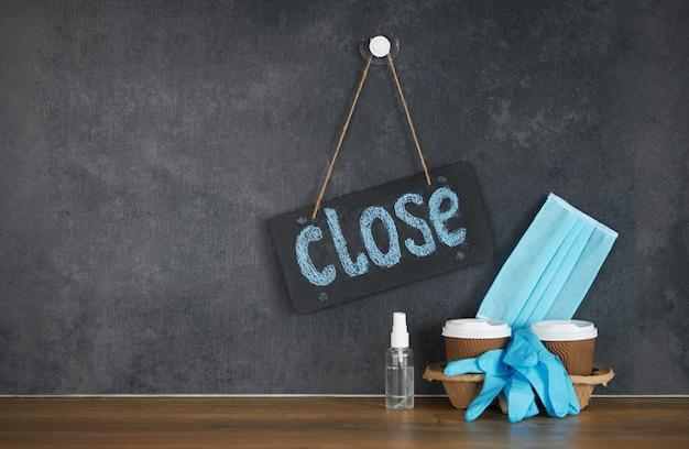 ビジネスはコロナウイルス検疫covid-19の下で閉鎖されています。カフェまたはレストランで閉じると書かれた看板