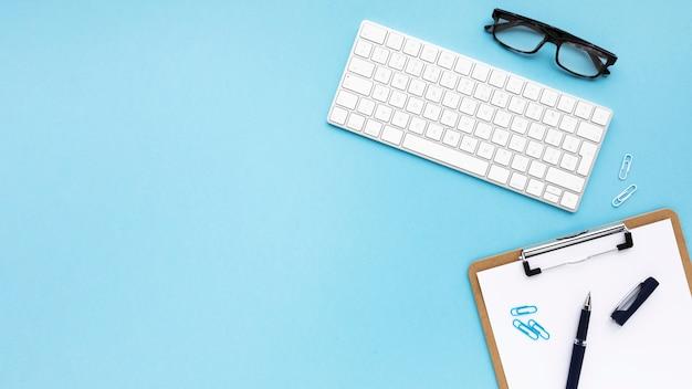 Организация бизнеса на синем фоне с копией пространства