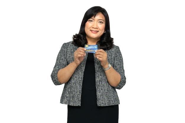 白で隔離されるクレジットカードを保持しているアジアの女性のビジネス