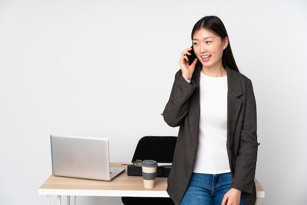 Деловая азиатская женщина на своем рабочем месте