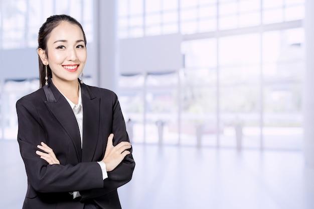 비즈니스 아시아 여자 사무실 흐림 배경 프로필 개념으로 서