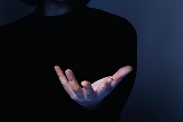 Donna del fondo di affari che mostra il gesto della mano dell'oggetto invisibile