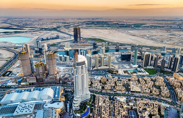 Вид на район business bay с небоскреба burj dubai