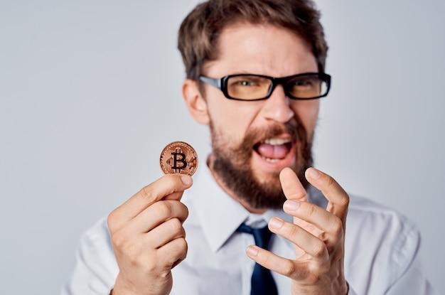 Биткойн электронных денег бородатый человек бизнес. фото высокого качества
