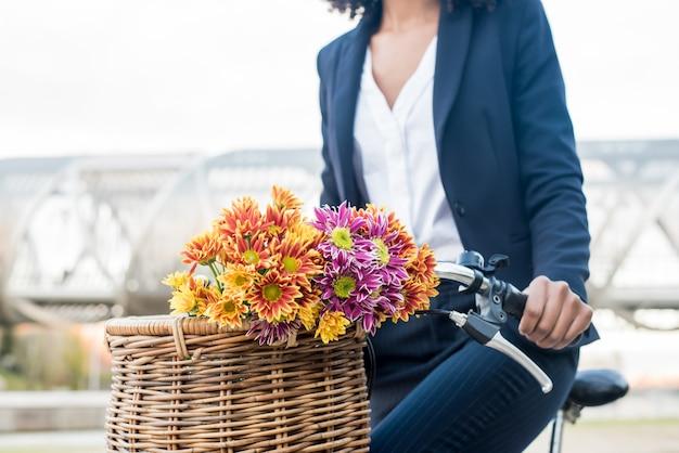 都市のビンテージ自転車に乗ってビジネス黒人女性