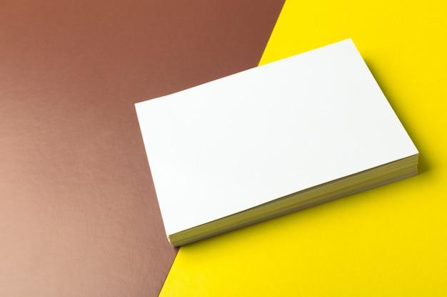 2色の背景上のビジネスの空白カード
