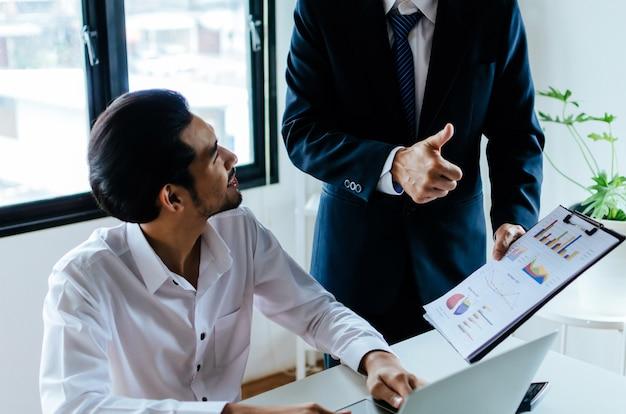 ビジネス上司のチームリーダーは、好意的な成功を表現して親指を立てることを奨励します