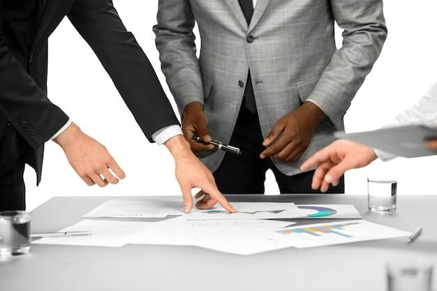 사무실에서 비즈니스 브리핑입니다. 작업을 완료해야 합니다. 이 모든 데이터는 중요합니다. 집중력을 잃지 마십시오.