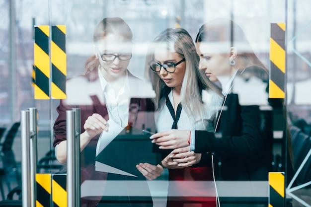 비즈니스 브리핑 작업 공간. 재무 데이터. 문서를 검토하는 여성 기업 임원.
