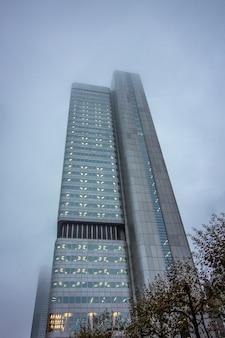 フランクフルトの曇りの日にビジネスの建物。