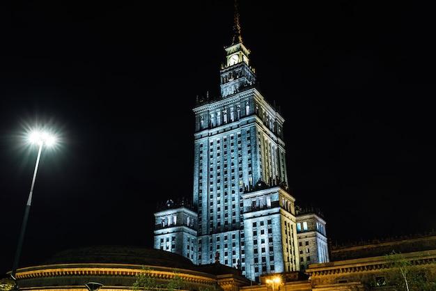 Деловые здания варшавы в свете ночных огней