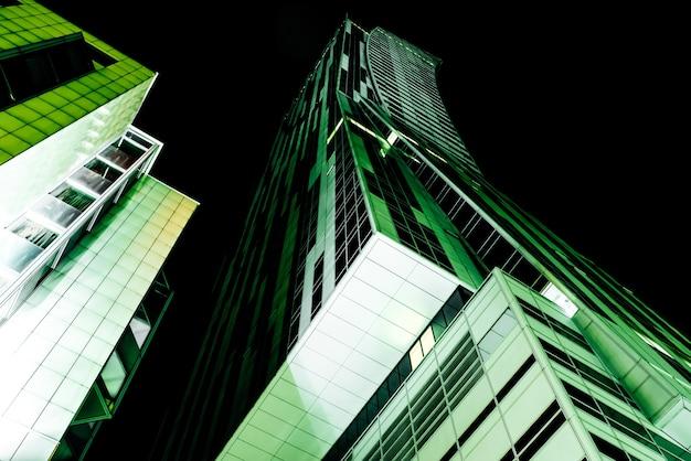 ワルシャワのビジネスビル常夜灯の光