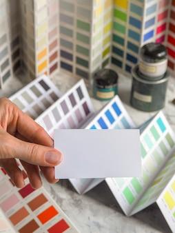 名刺と色の大きなパレット。幅広い塗装エナメルから色をお選びいただけます。