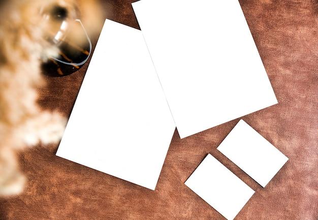 茶色の革の壁のデザインコピースペースの名刺とチラシが空で空白