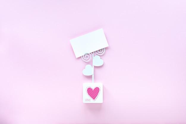 コピースペースとピンクの背景の名刺モックアップ。