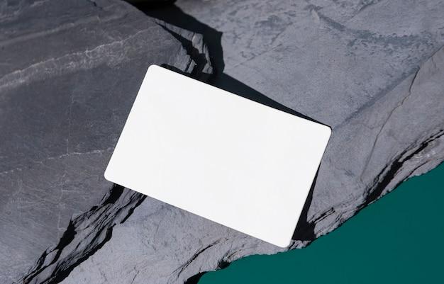 목업 창의적인 디자인 템플릿을 위한 바위 위의 명함 모형.