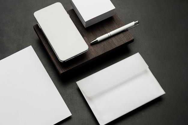 Бумаги для визиток и смартфон
