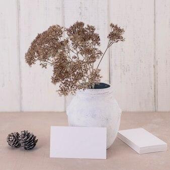 Визитная карточка с букетом сухих цветов в винтажной вазе Premium Фотографии