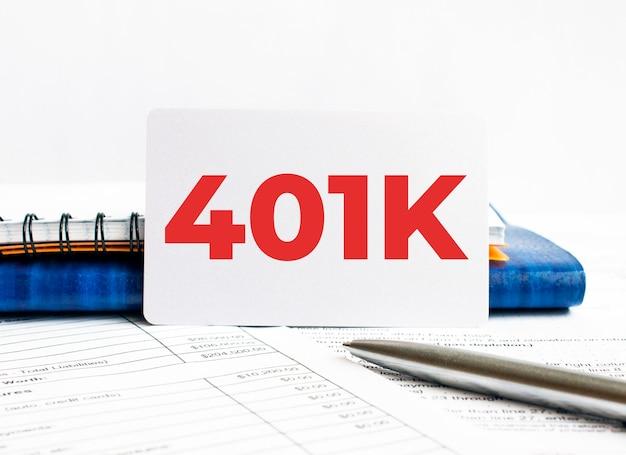 블루 노트에 누워 텍스트 401k와 명함.