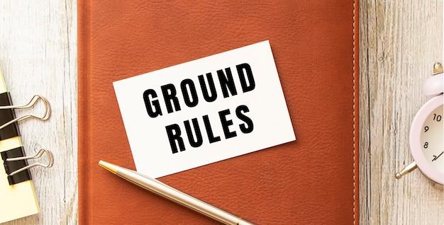 나무 테이블에 텍스트 지상 규칙이있는 명함