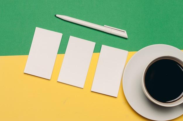 밝은 배경 및 볼펜 커피 컵 평면도에 명함. 고품질 사진