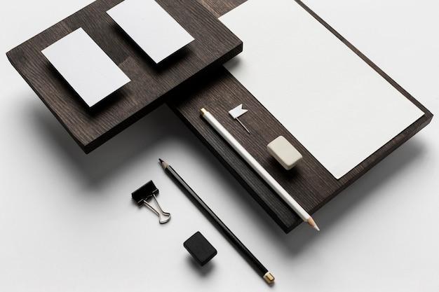 Визитные карточки на деревянной современной подставке
