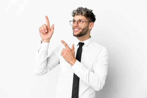 人差し指で指している白い背景で隔離のビジネス白人男性素晴らしいアイデア