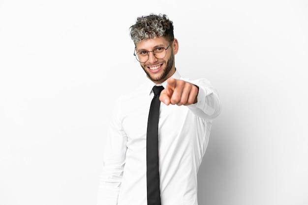 Деловой человек кавказской на белом фоне с уверенным выражением лица указывает пальцем на вас