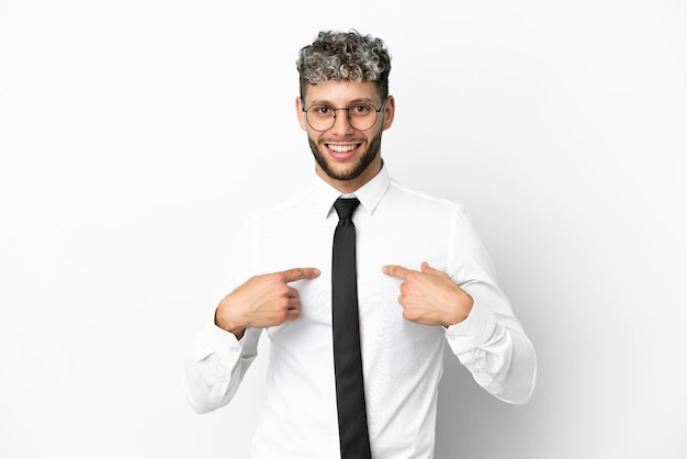 Деловой человек кавказской изолирован на белом фоне с удивленным выражением лица