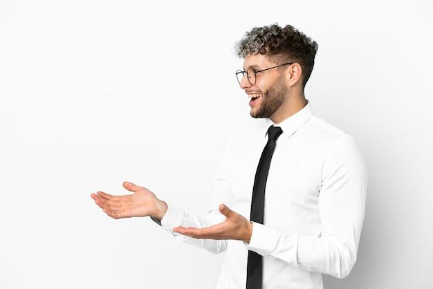 驚きの表情で白い背景に分離されたビジネス白人男性