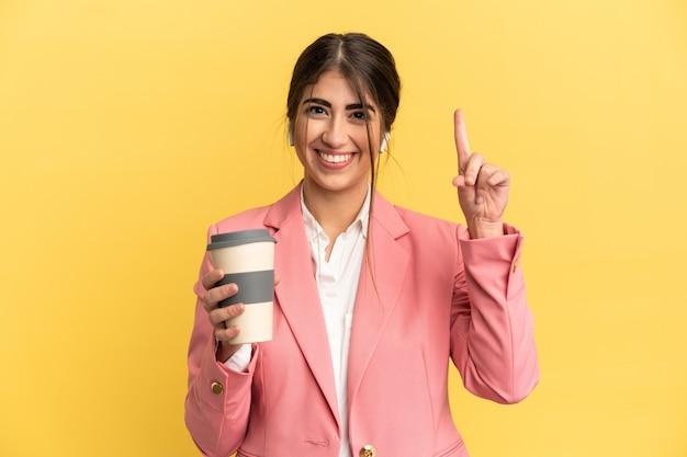 Деловая кавказская женщина изолирована на желтом фоне, указывая вверх отличную идею