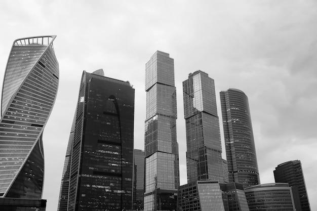夕方には高層ビルが立ち並ぶ大都市のビジネスセンター