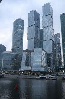 Бизнес-центр в большом городе с высокими небоскребами вечером