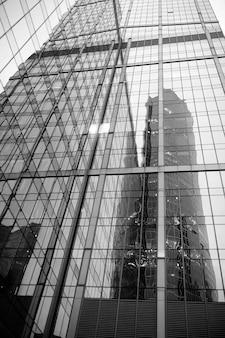 저녁에 높은 고층 빌딩이 있는 대도시의 비즈니스 센터