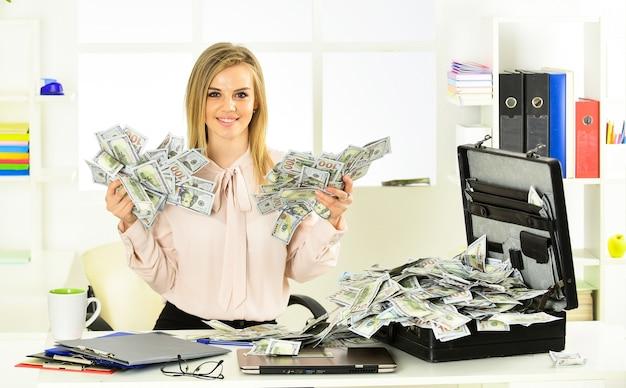 비즈니스 도전. 재정적 성취. 금융 전문가. 현금으로 가득 찬 서류 가방을 든 소녀. 돈 세탁. 회계 및 은행. 똑똑한 금발은 많은 돈을 번다. 재정적 성공. 세금 서비스.