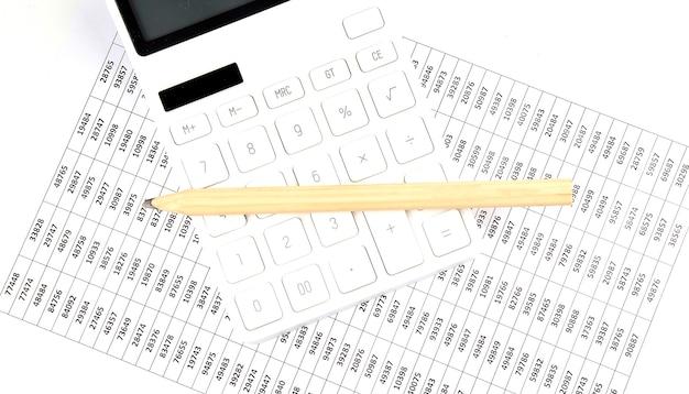 電卓と木製の鉛筆、ビジネスコンセプトとビジネスチャート