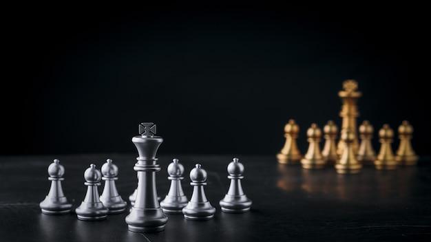 Деловая шахматная настольная игра бизнес-стратегии и тактики на деревянном столе в стиле ретро
