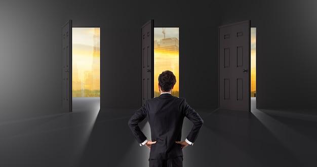 投資決定ビジネスマンスタンドへの選択のためのビジネスの選択