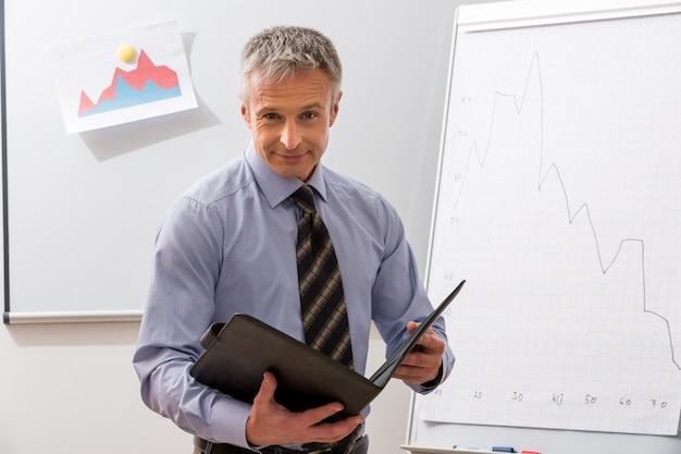 ビジネスコーチは大学の事務員で教え、会議で話します