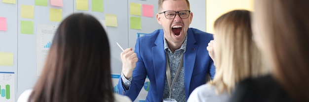 감정적으로 가르치는 비즈니스 코치는 직원들에게 고함을 지릅니다. 개인 성장 훈련 개념