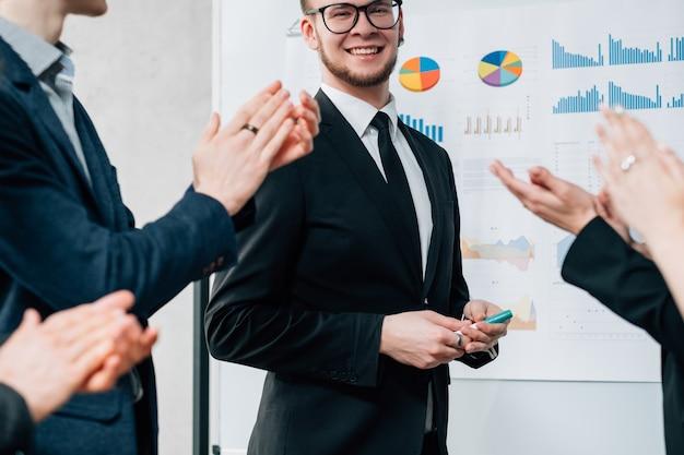 ビジネスコーチング。専門的発展。コンサルタントの成功したキャリアを称賛する人々のグループ。
