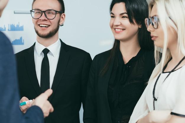 ビジネスコーチング。専門的な成長トレーニング。セミナーでコンサルタントの話を聞いている野心的な若者たち。