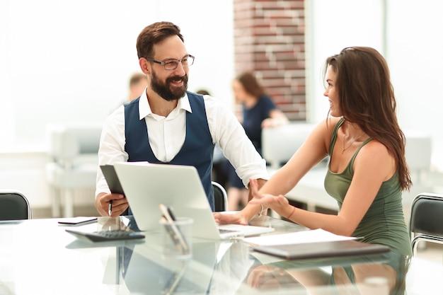 비즈니스 동료가 책상에 앉아 새로운 아이디어를 논의