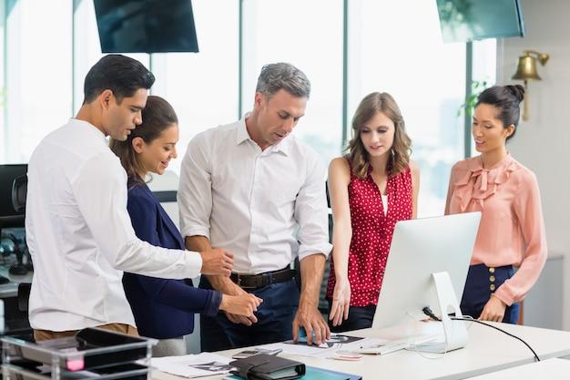 Деловые коллеги обсуждают во время встречи за столом