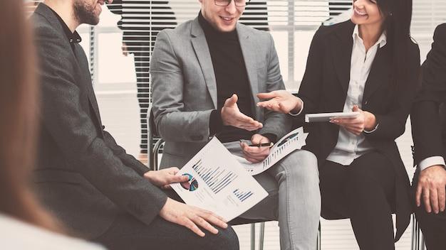 Деловые коллеги обсуждают финансовые данные в конференц-зале. бизнес-концепция