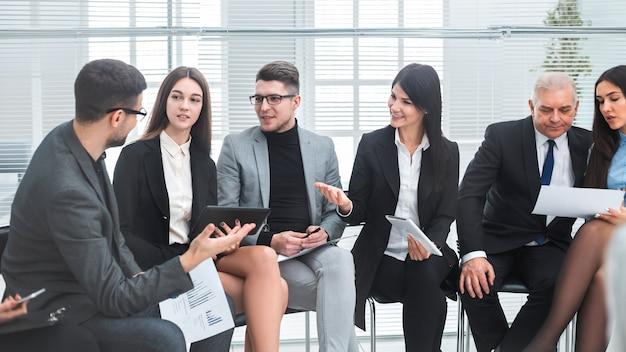 Деловые коллеги обсуждают финансовые документы перед встречей. бизнес-концепция