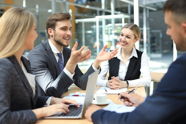 새로운 기회를 논의하는 비즈니스 동료. 사람과 기술.