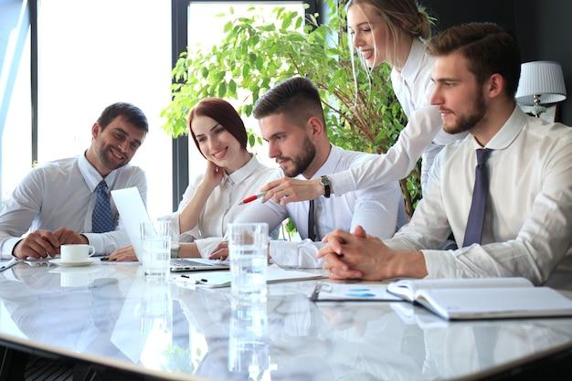 Коллеги по бизнесу обсуждают новые возможности. люди и технологии.