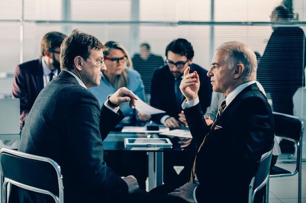 オフィスミーティングで深刻な問題について話し合う同僚